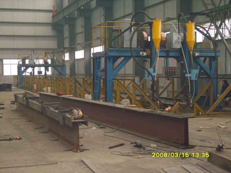 杭州诚宇焊接设备有限公司,龙门式自动埋弧焊机主要用于H型钢的埋弧焊接,焊接自动化程度高,操作简单方便;焊接机头具有垂直升降,角度调整等功能。为适应不同焊接工件的需要,焊剂靠重力送进,负压真空机回收;两个焊接机头既能同时焊接,又能单独焊接。 自动双向导弧装置,能对焊缝进行动态跟踪,实现双向往复焊接保证焊缝质量,提高生产效率。 焊剂自动送料及回收装置,可减少焊剂损耗,减轻工人劳动强度提高生产效率。 焊接电源与主机实行集中控制,联动操作,简单方便。 焊接行走电机采用交流变频调速,可实现无级调节。 焊接工艺可根据