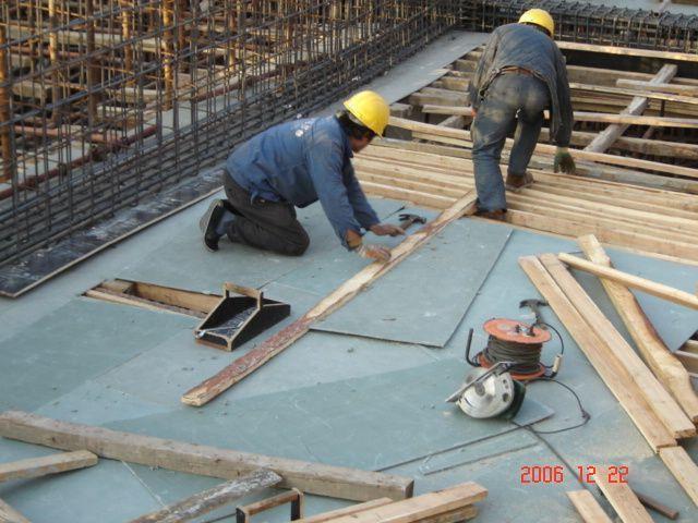 建筑施工用模板以木模板为主。 上世纪80年代初,各种新结构体系不断出现,现浇混凝土结构猛增。由于我国木材资源十分贫乏,在以钢代木方针的推动下,我国研制成功了组合钢模板先进施工技术,改革了模板施工工艺,节省了大量木材,钢模板推广应用面曾达到75%%以上,钢模板生产厂曾达到1000多家,钢模板租赁企业曾达到1.