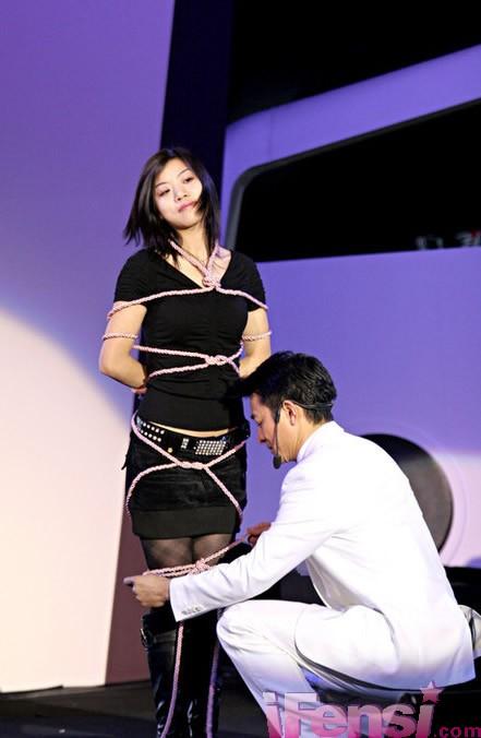 绑人更衣术图片 分享到 单  位:郑州魔术培训 联系人: 绑人更衣术