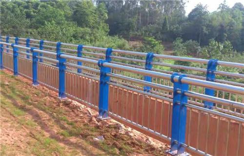 玉溪无缝管防撞护栏安装现场